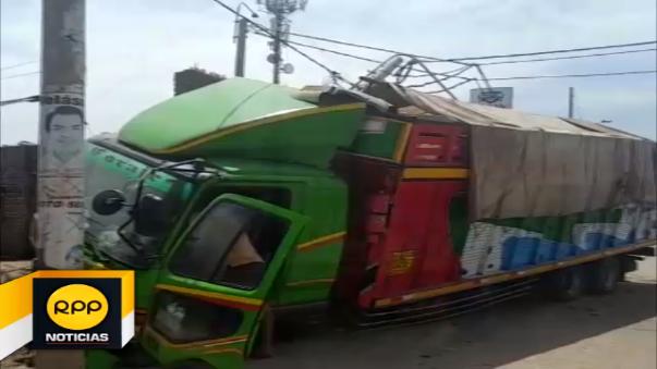 El camión que se dirigía de Chimbote a Yurimaguas terminó empotrado al interior de la casa donde funciona un taller de soldadura.