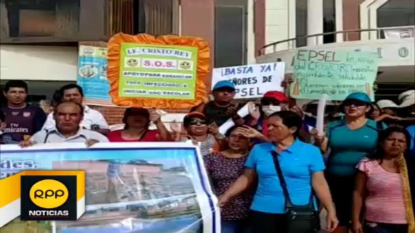 Padres de familia del colegio Cristo Rey protestan ante negativa de autoridades en dar solución al problema del colapso de desagües