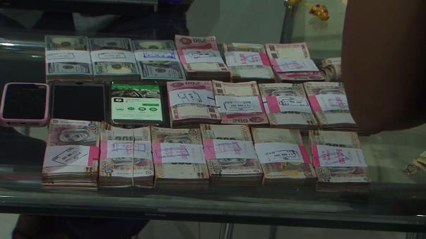 Varios celulares y fajos de billetes fueron encontrados en la casa.