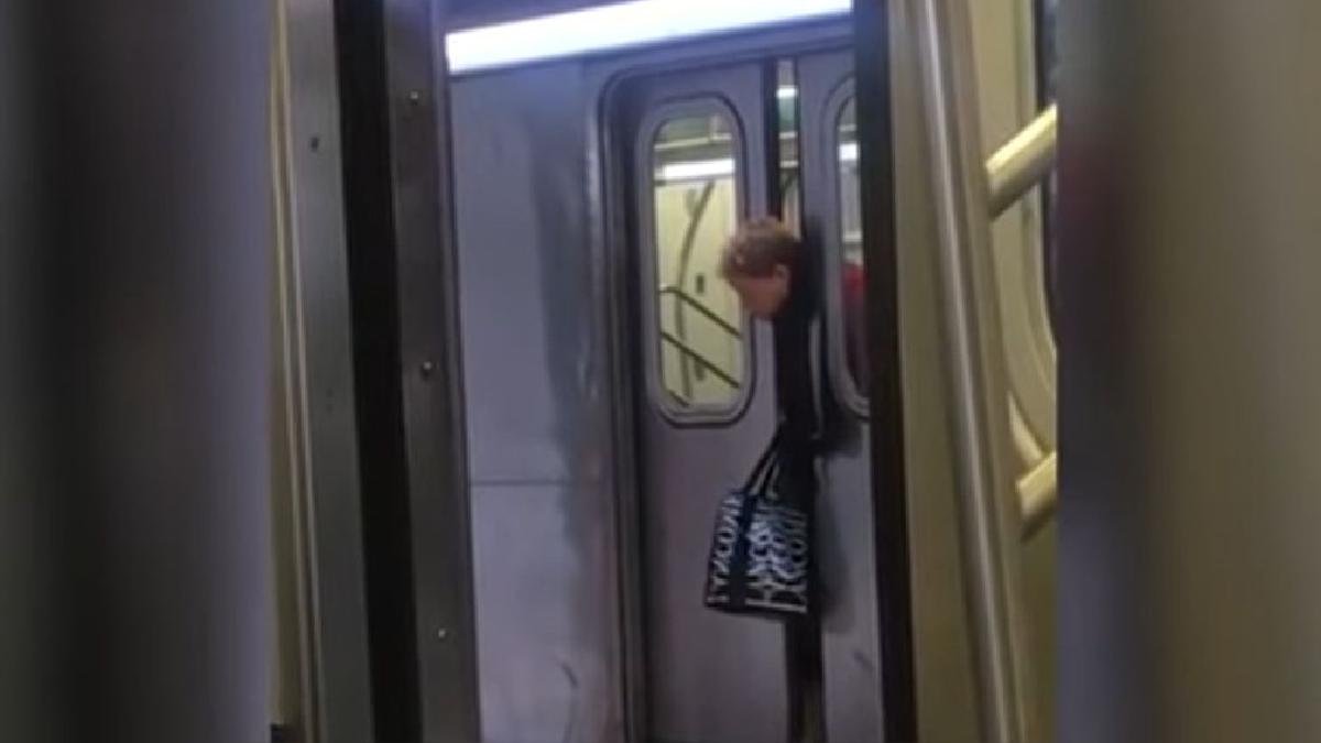 Cuando intentó salir del vagón, las puertas se estaban cerrando y ella solo pudo sacar su cabeza.