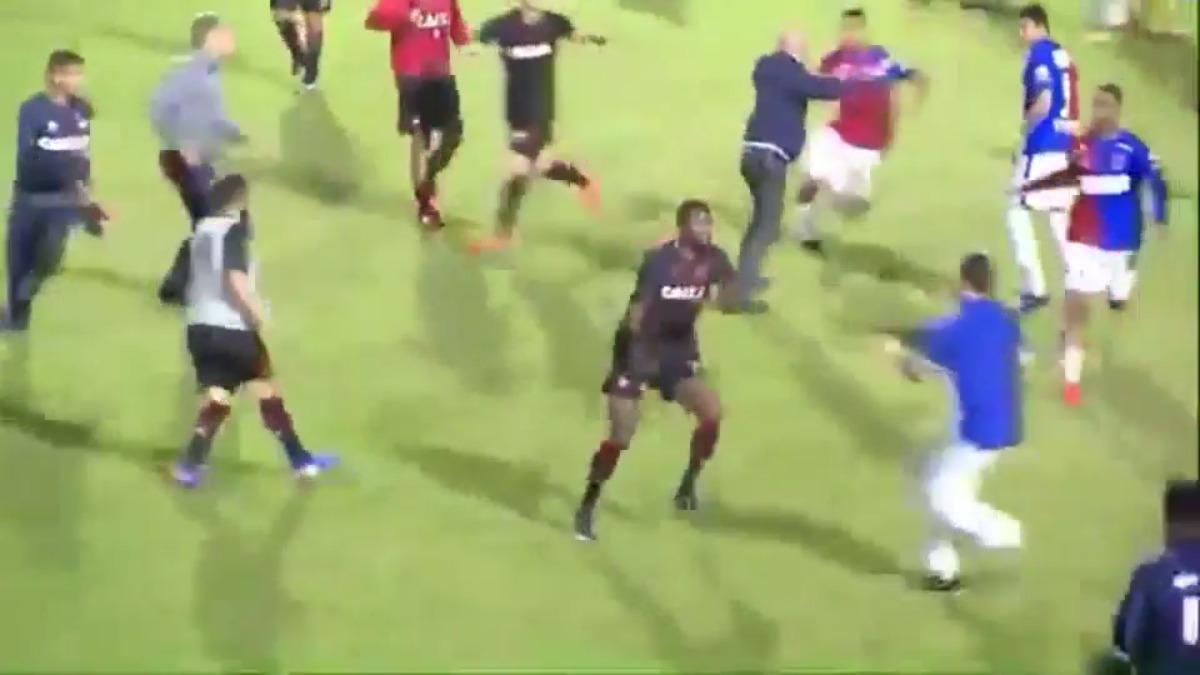El estadio Durival de Brito e Silva lució lleno y todo se originó por una provocación desde el campo.