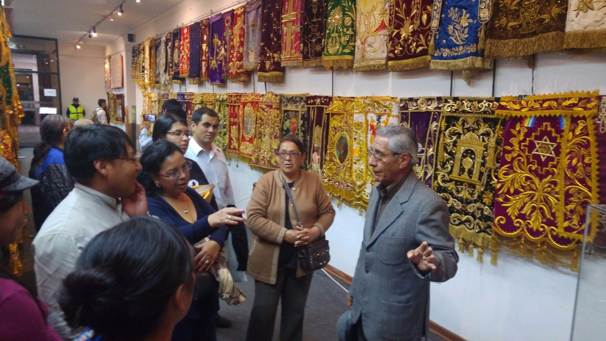 Cusqueños y turistas acuden a exhibición de sudarios del Señor de Los Temblores.
