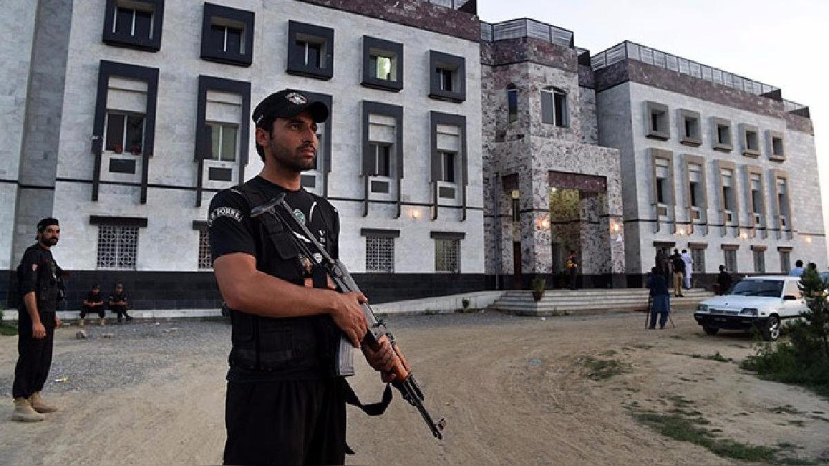 La Policía resguarda las instalaciones de la universidad.
