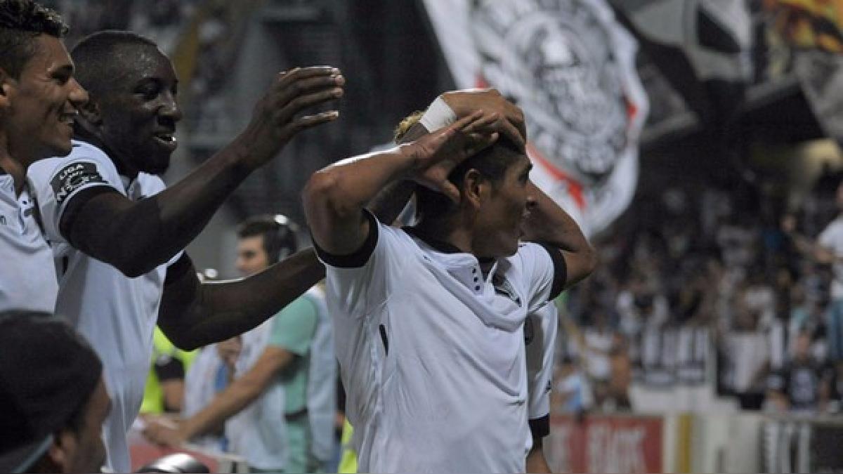 Gol de cabeza de Paolo Hurtado en el triunfo de Vitoria Guimaraes.