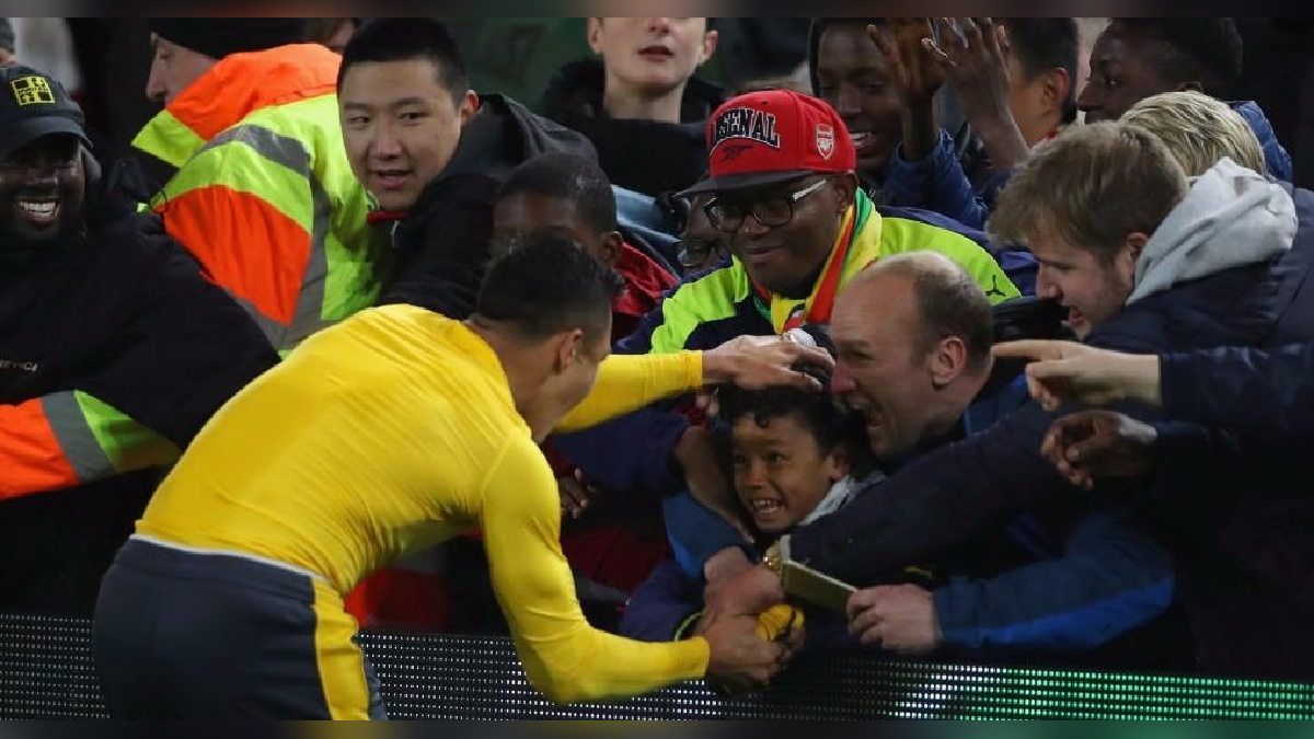 Alexis Sánchez tuvo un noble gesto con este pequeño en la tribuna.