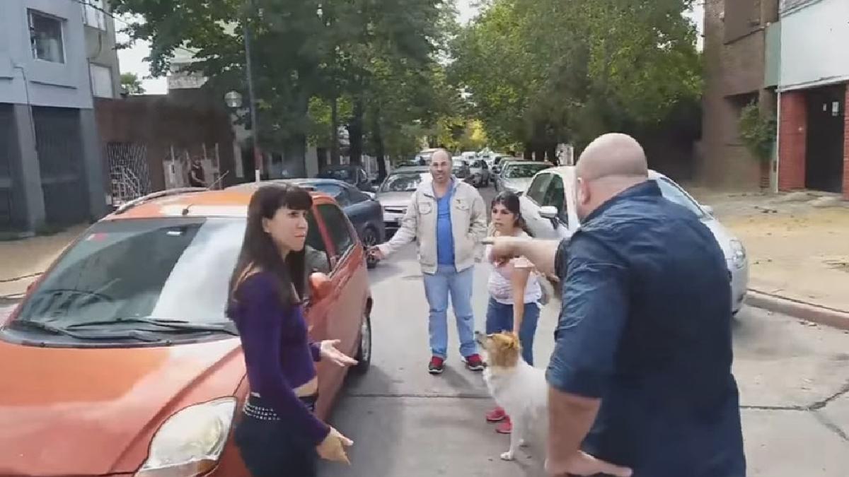 Una familia intenta abandonar a su perro en la calle.