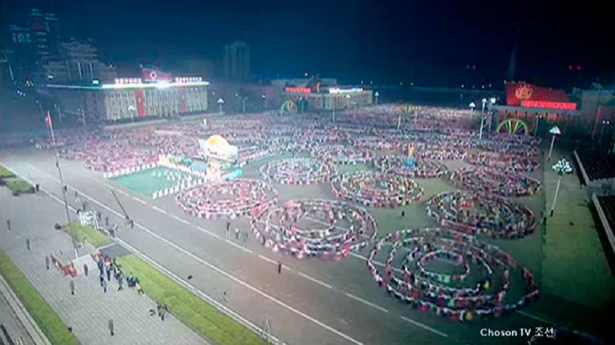 Miles de personas participaron en un impresionante espectáculo montado en Corea del Norte.