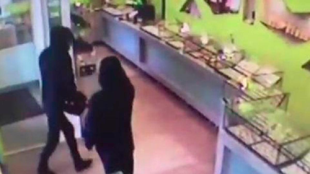 Unos ladrones irrumpieron en el establecimiento pero no se esperaron la respuesta del joyero.