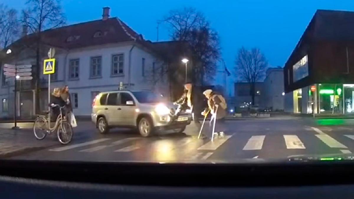 Intenta ayudar a una anciana a cruzar la calle, pero algo le sale mal.