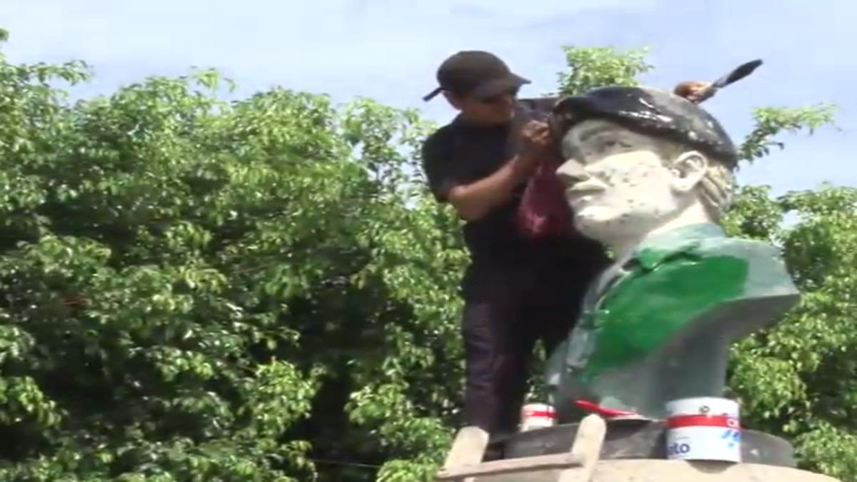 Vecinos de Nuevo Chimbote hicieron la limpieza del busto de Juan Valer.