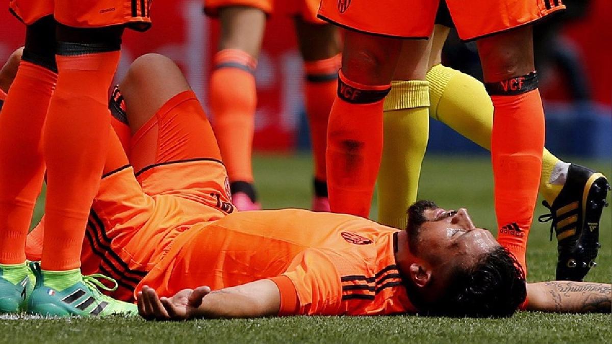 Ezequiel Garay debió ser trasladado al hospital.