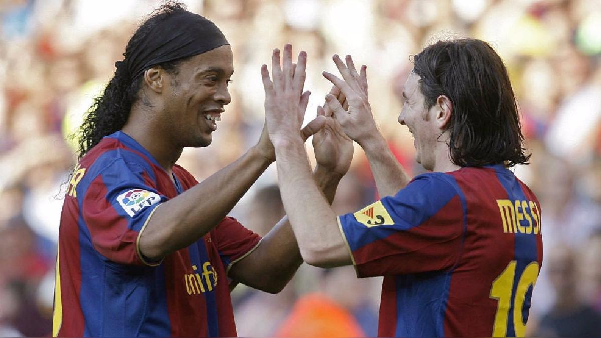 Ronaldinho recibió en 2005 el Balón de Oro y el trofeo FIFA World Player cuando jugaba en el Barcelona.