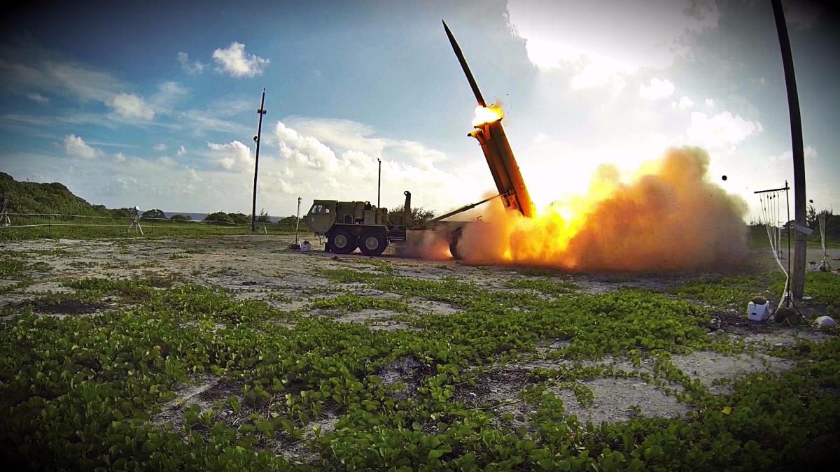 El THADD dirige un misil interceptor hacia el misil enemigo detectado y lo destruye antes de que se estrelle contra su objetivo.