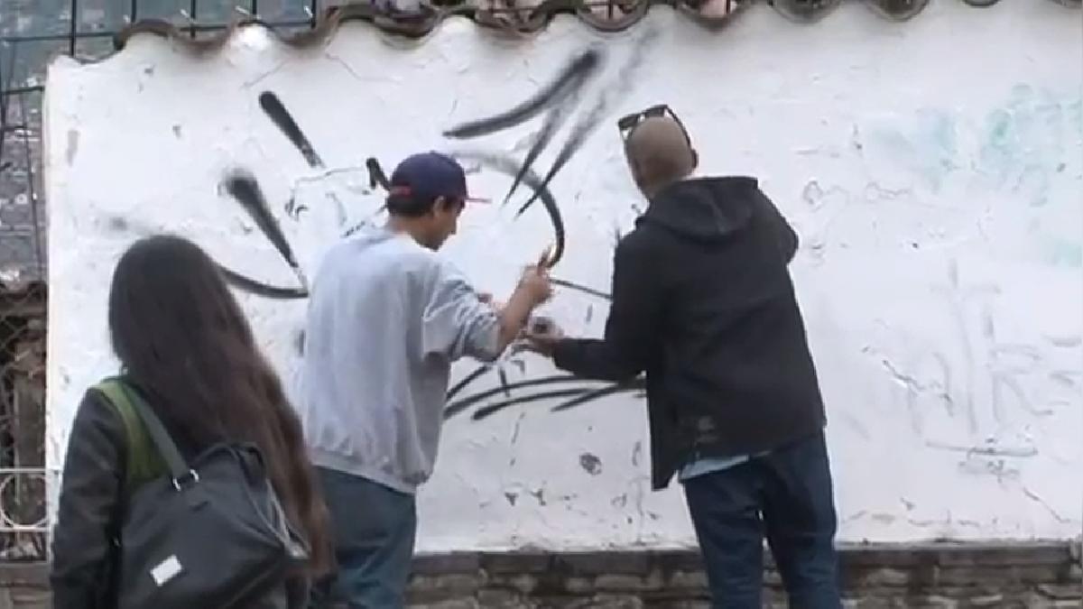 Los ciudadanos extranjeros que realizaron pintas en muros del centro histórico, limpiaron y repintaron, lo dañado, en cumplimiento a una orden judicial.