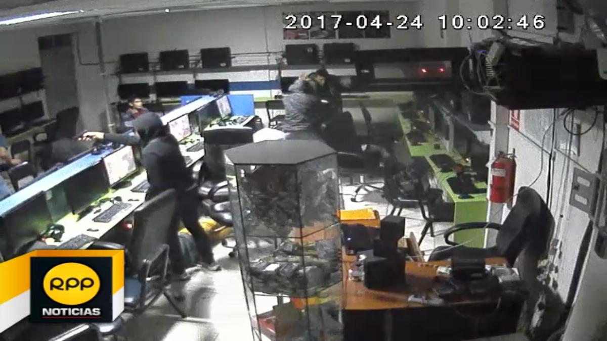 Los delincuentes lograron llevarse una laptop valorizada en 2 mil 500 soles.