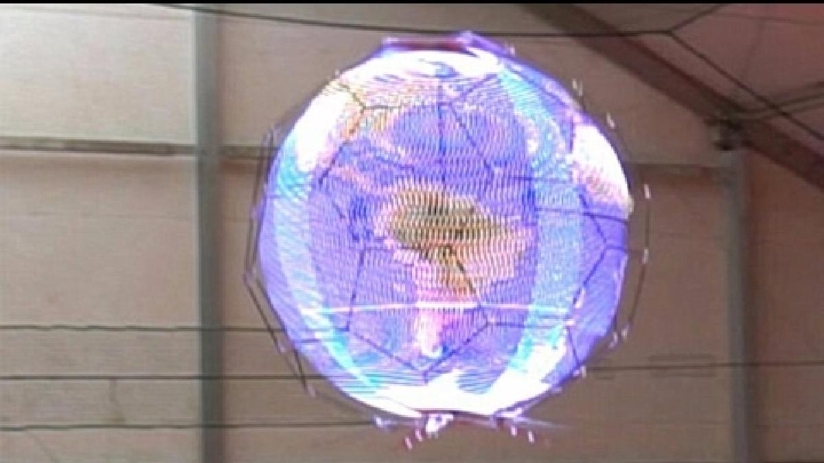 Ocho franjas led instaladas en el dron hacen posible este espectáculo visual.