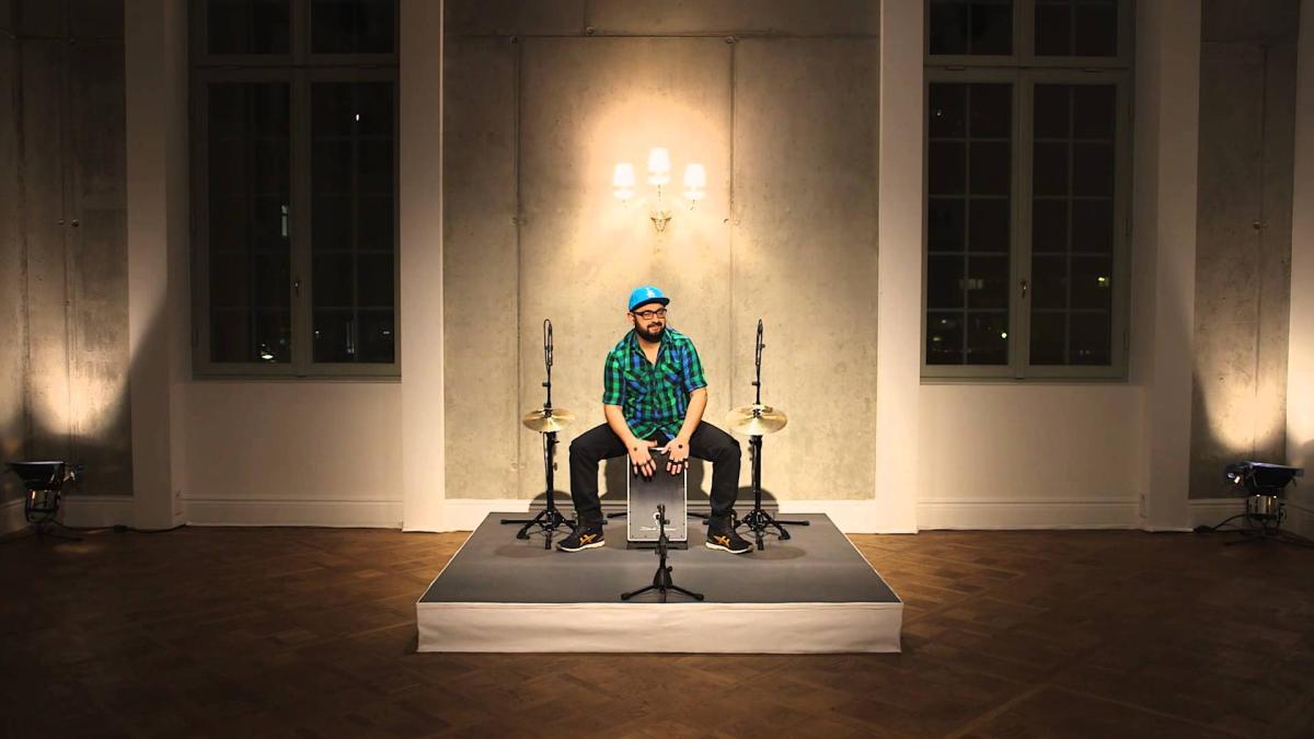 Daddi Bahmani toca una base rítmica de House en cajón