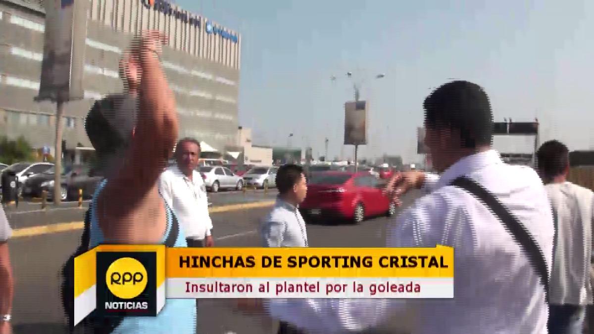 Hinchas de Sporting Cristal le recriminaron al plantel el 5-1 en La Paz.