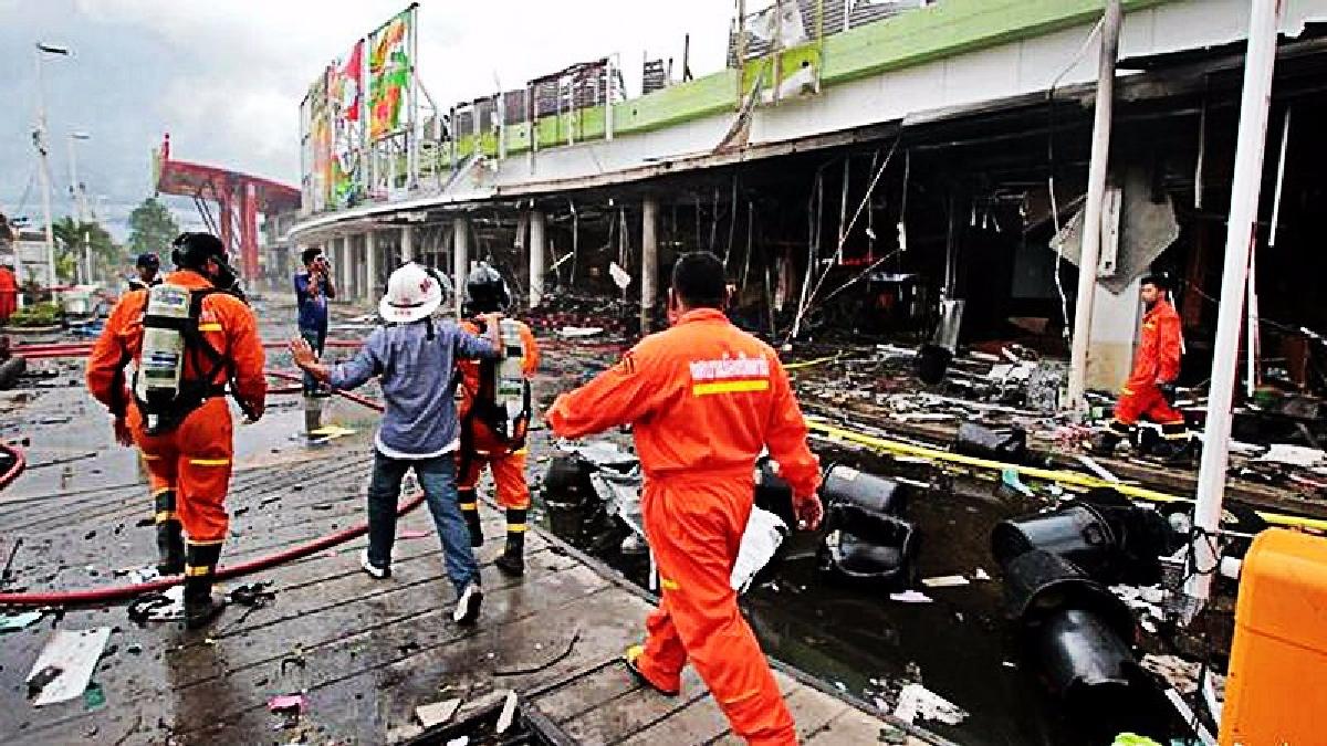 El cochebomba fue dejado por los insurgentes en la entrada del centro comercial.