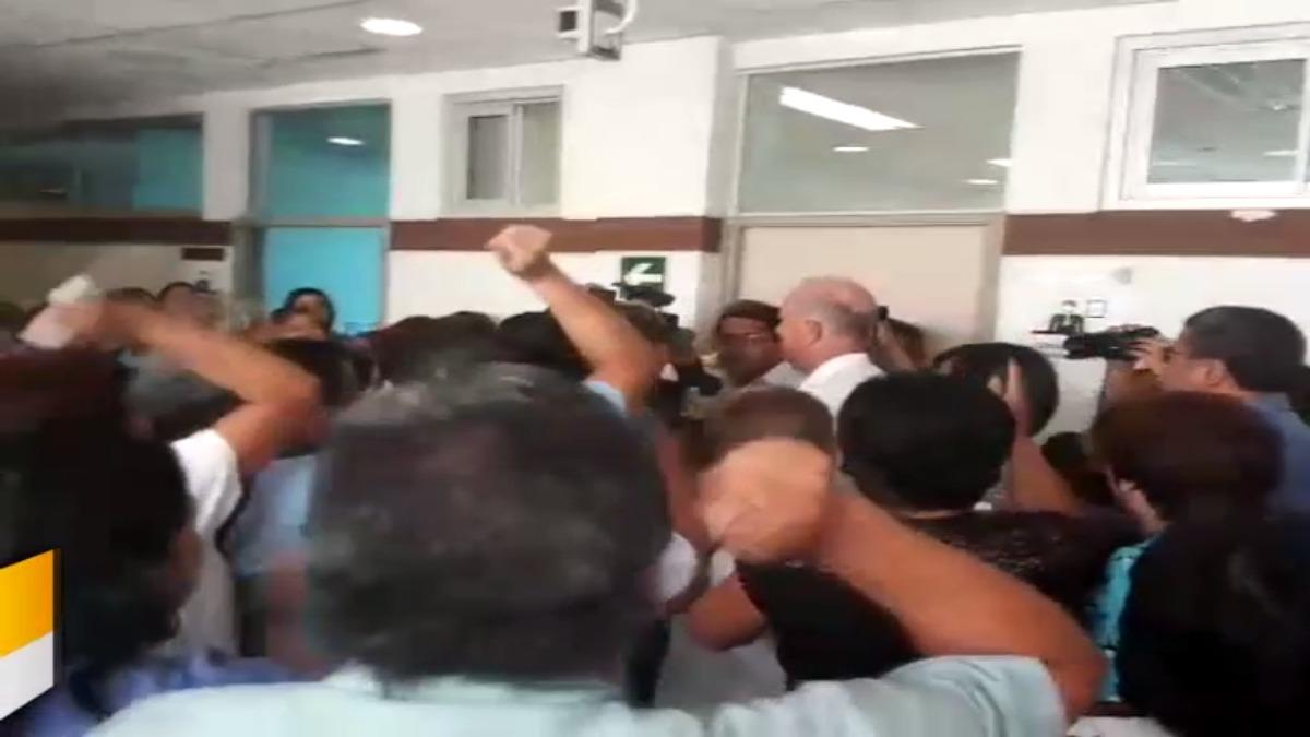Fernando Cilloniz recibió pifias e insultos por parte de trabajadores que están disconformes con cambios en hospital.