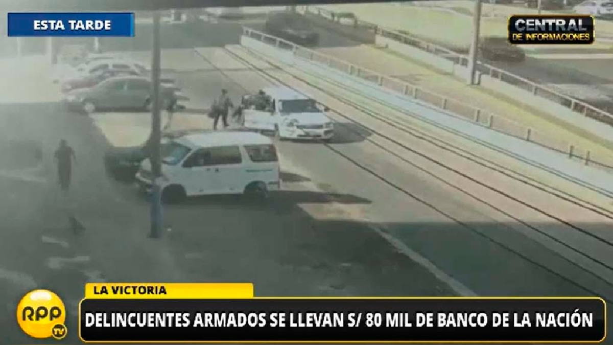 Cámaras de vigilancia captaron el momento en el que los delincuentes subieron a un segundo vehículo para huir.