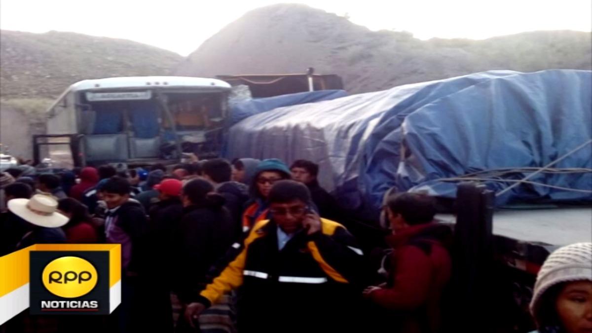 Al parecer una falla mecánica ocasionó que el bus de la empresa Trasandino impactara contra un camión de carga.