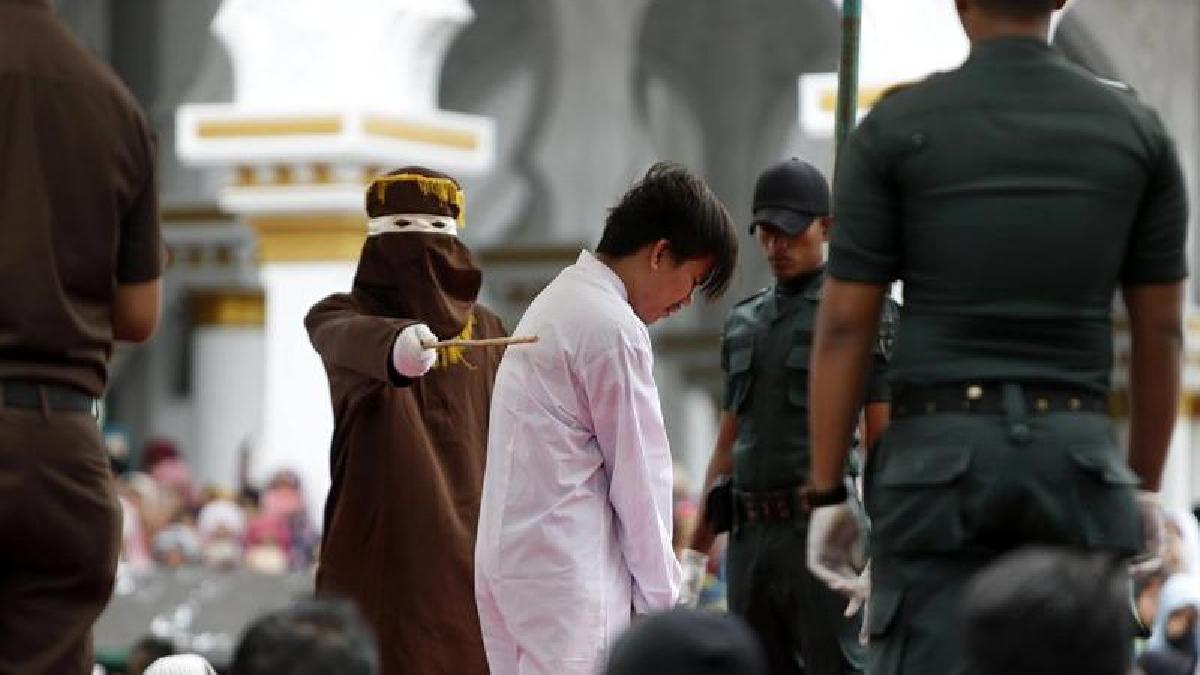 La pareja homosexual fue sentenciada en la provincia de Aceh, la única del país donde rige la ley islámica.