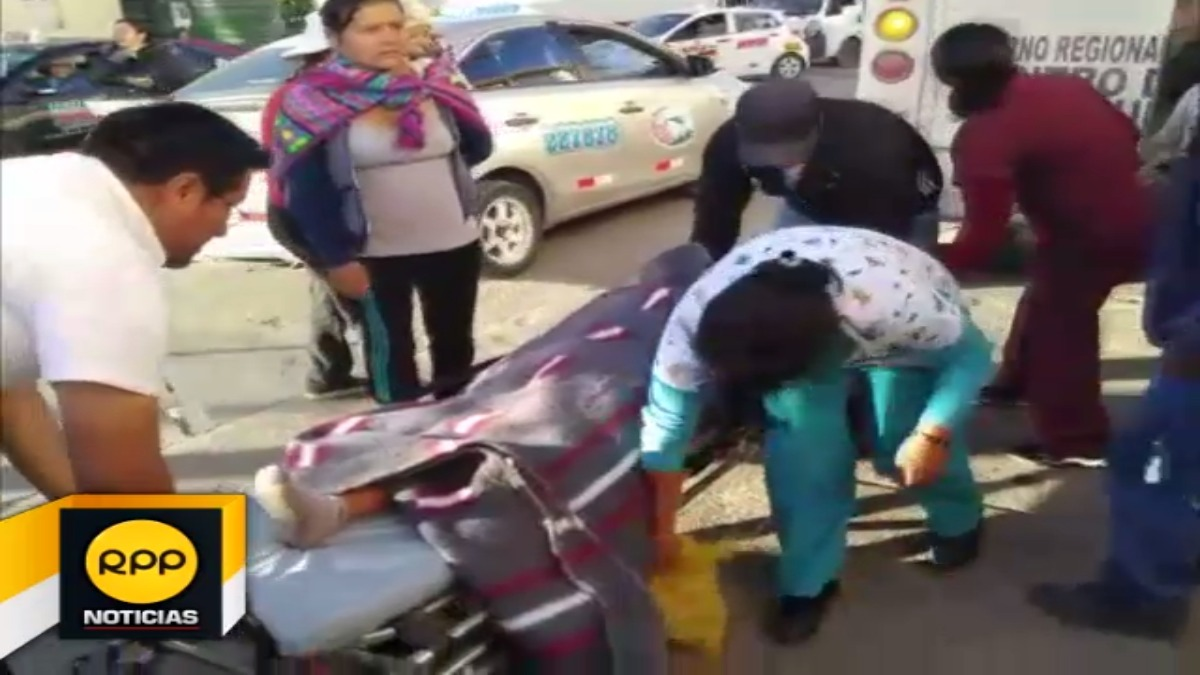 La menor gestante acabó en el suelo tras una mala maniobra por el personal de salud.