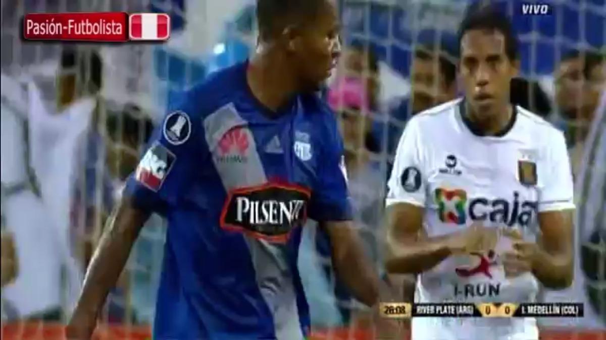 Emelec llegó al gol con el temible juego aéreo para las defensas peruanas.