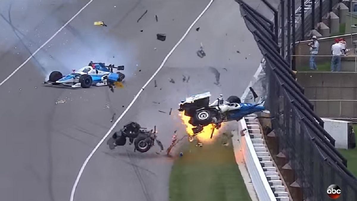 Scott Dixon destroza su monoplaza tras chocar con Jay Howard en las 500 millas de Indianápolis.