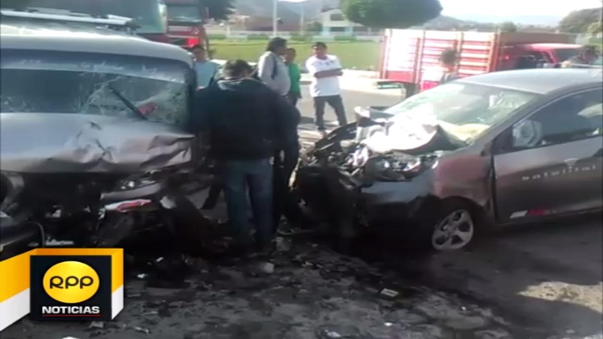 Vehículo invadió carril donde se desplazaba la combi, ambos conductores quedaron atrapados.
