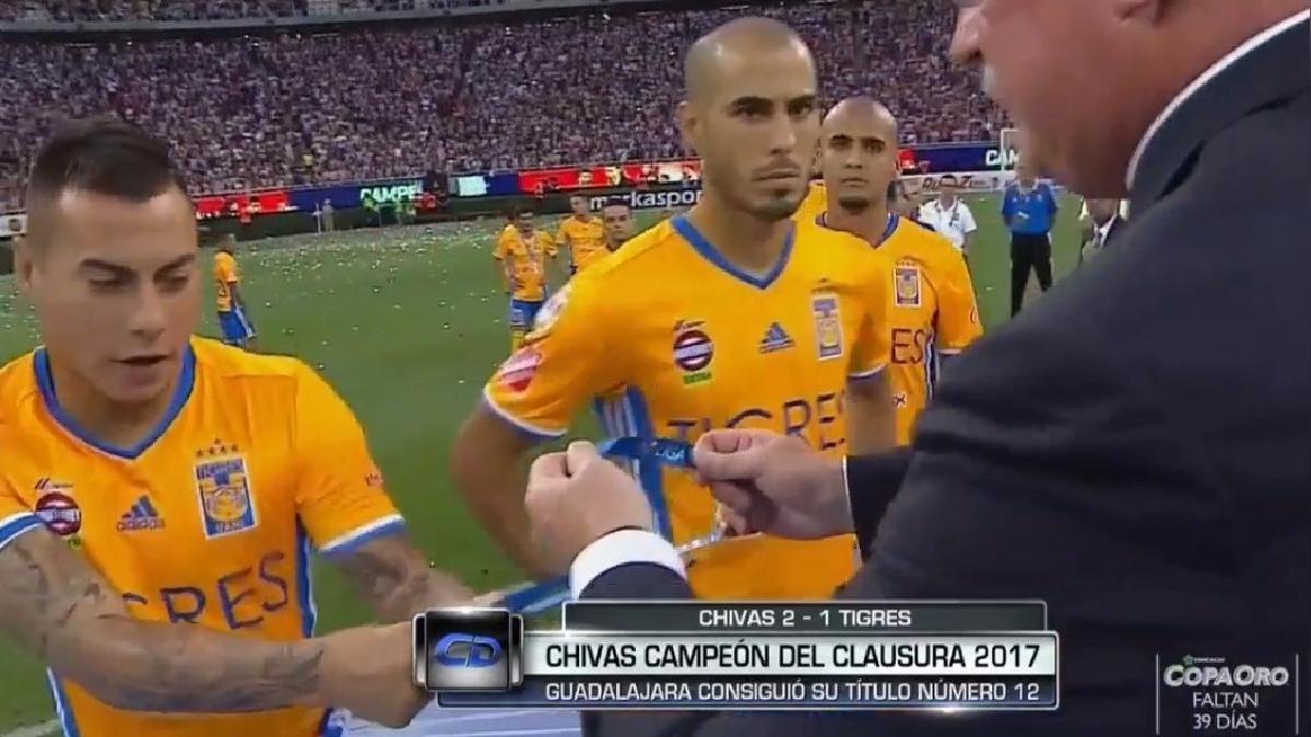 Eduardo Vargas recibió la medalla después del peruano Luis Advíncula.
