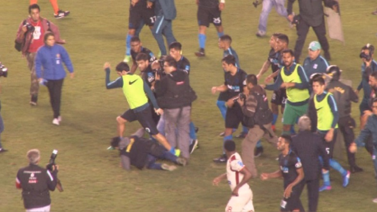 La agresión de Luis Tejada a Alejandro Hohberg (0:06 - 0:10).