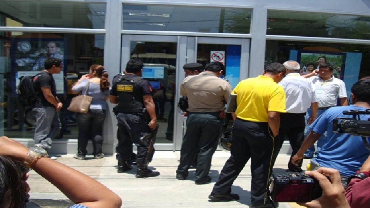 El vigilante Carlos Alberto Socola Espinoza resultó con una herida en la cabeza tras intentar poner resistencia.