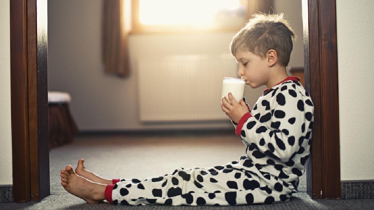 La verdadera leche de vaca tiene proteínas, vitaminas y minerales como el calcio y el zinc.