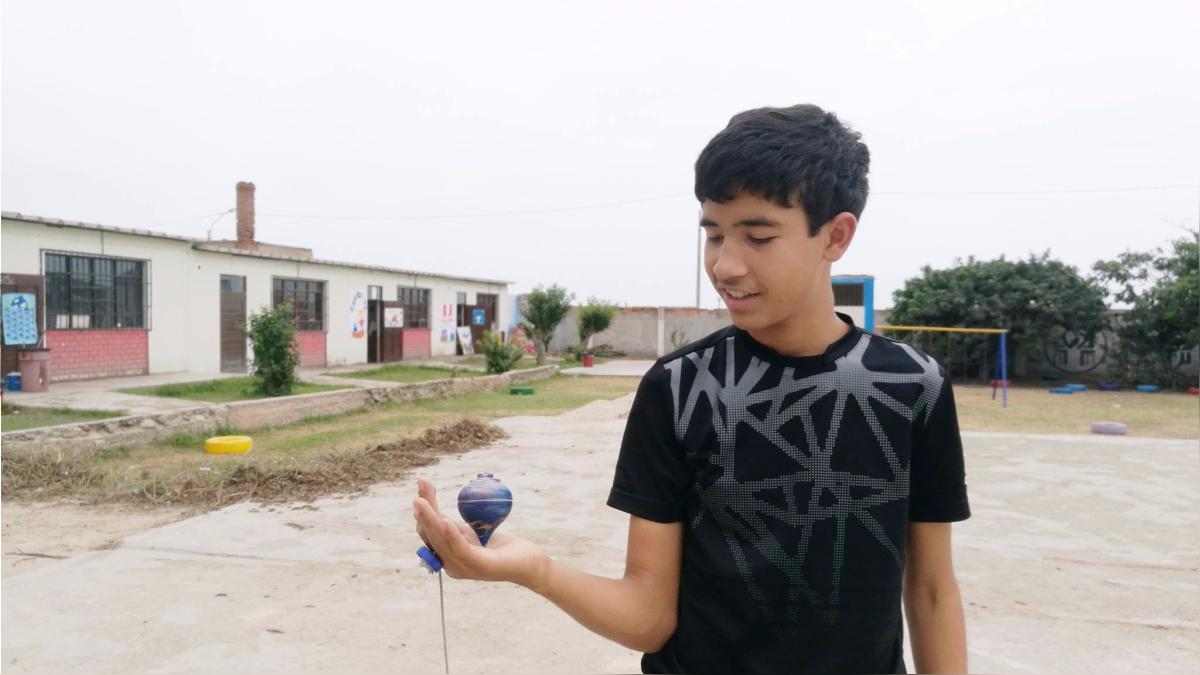 Adrian tiene 12 años y asegura que en Perú ha jugado más fútbol de lo que solía jugarlo en Venezuela. El trompo también se ha convertido en su nueva diversión.