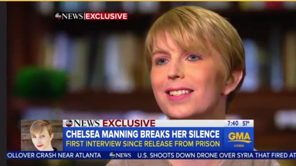 Manning fue sentenciada a 35 años de prisión por espionaje y otros delitos contra la seguridad nacional de Estados Unidos. Sin embargo, Barack Obama conmutó su pena poco antes de dejar la presidencia.