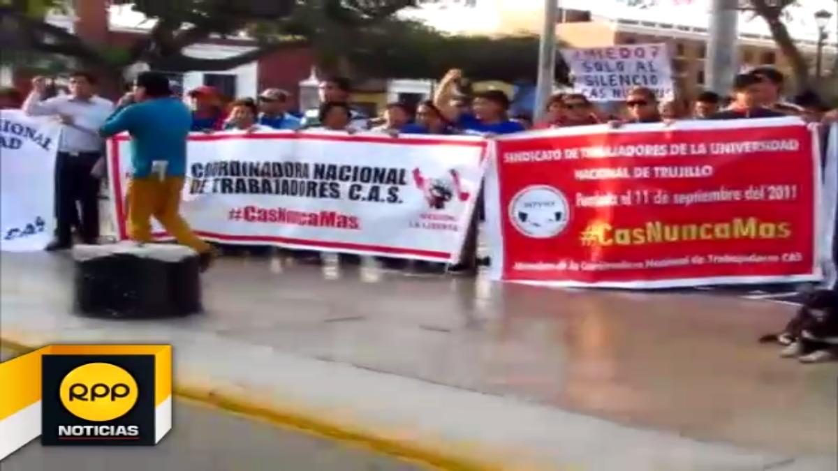 Trabajadores CAS realizaron plantón en la plaza de armas de Trujillo.