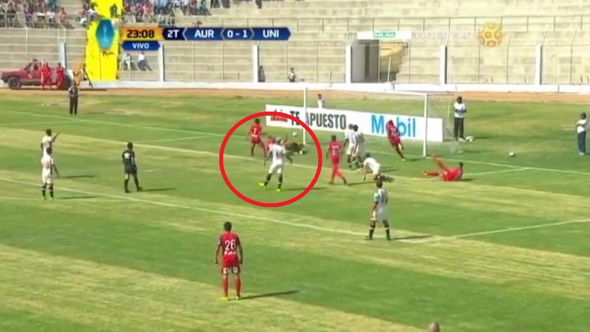 Universitario mostró debilidades en su defensa durante todo el partido.