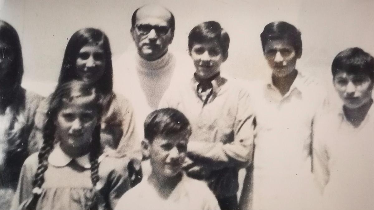 Lo vivido en la época escolar hizo que su hermano, el reconocido educador y dirigente del club Alianza Lima, Constantino Carvallo (tercero contando desde la derecha), creara  un colegio