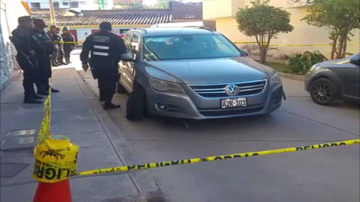 Delincuente que trató de huir estrelló el carro en el que viajaba y lo abandonó.