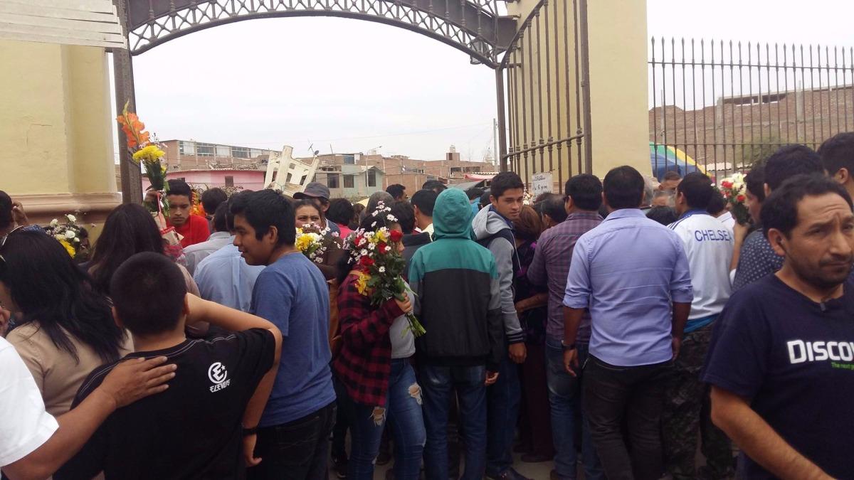 Debido a la asistencia de decenas de familias, el tránsito hacia el cementerio El Carmen se encuentra saturado.