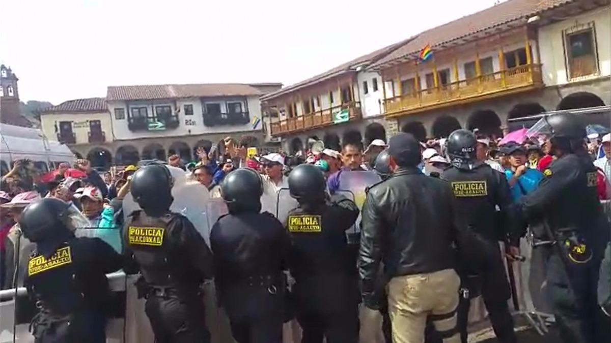 Profesores protestan en la plaza de Cusco.