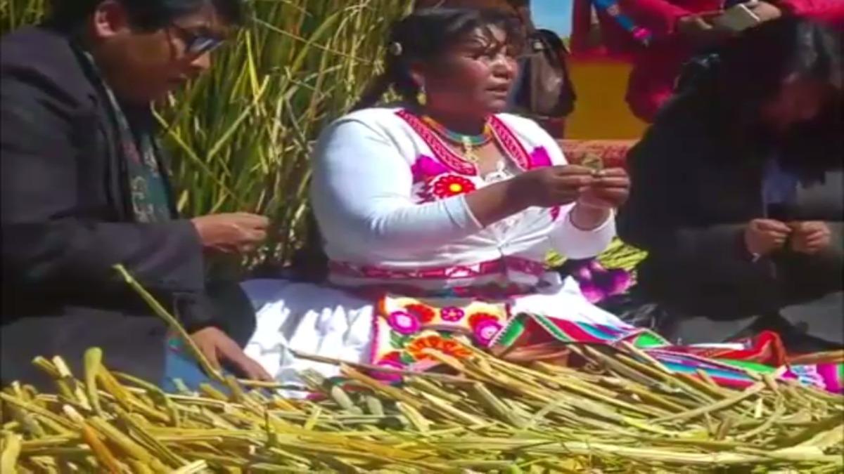 Escenificación de Manco Cápac y Mama Ocllo en el Titicaca.