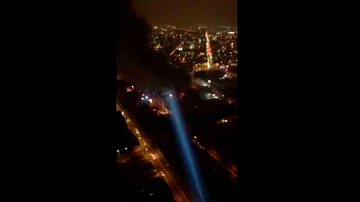 Una densa columna de humo se levanta sobre Lima tras más de de nueve horas de haberse iniciado el incendio.