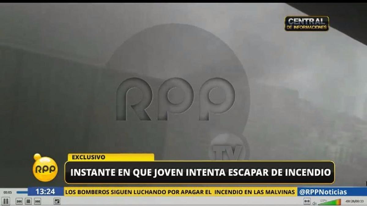 En la grabación Jorge Luis Huamán Villalobos intenta patear la puerta del contenedor donde le habían dejado encerrado para escapar.