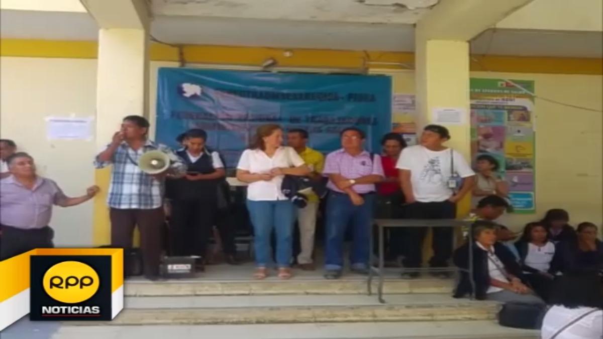 Los trabajadores administrativos y asistenciales tomaron el local de la Dirección Regional de Salud.