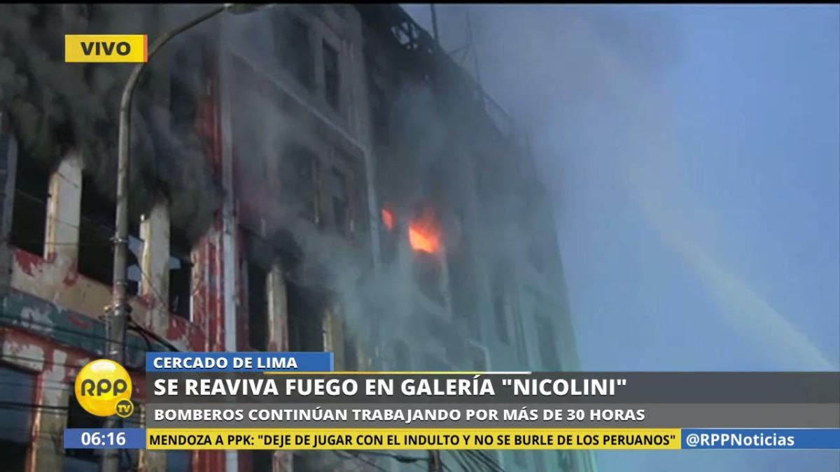 Luego de casi 24 horas, los bomberos siguen trabajando para apagar el incendio en Las Malvinas.