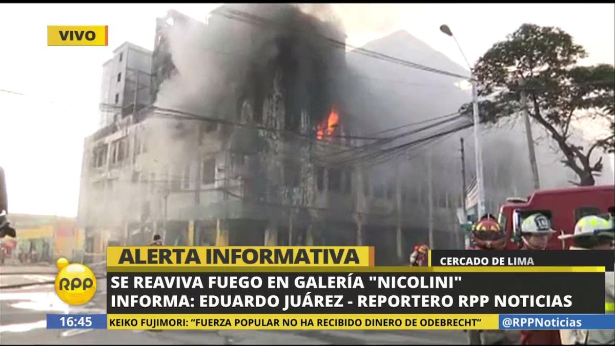 Los bomberos habían dejado de rociar agua. Las llamas que salen por el tercer piso de la galería han hecho que las labores de trabajo para extinguirlas se reanuden.