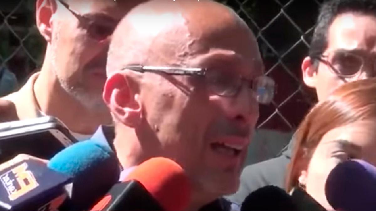 El padre de David Vallenilla hijo rompió en llanto ante los periodistas frente a la morgue de Caracas.